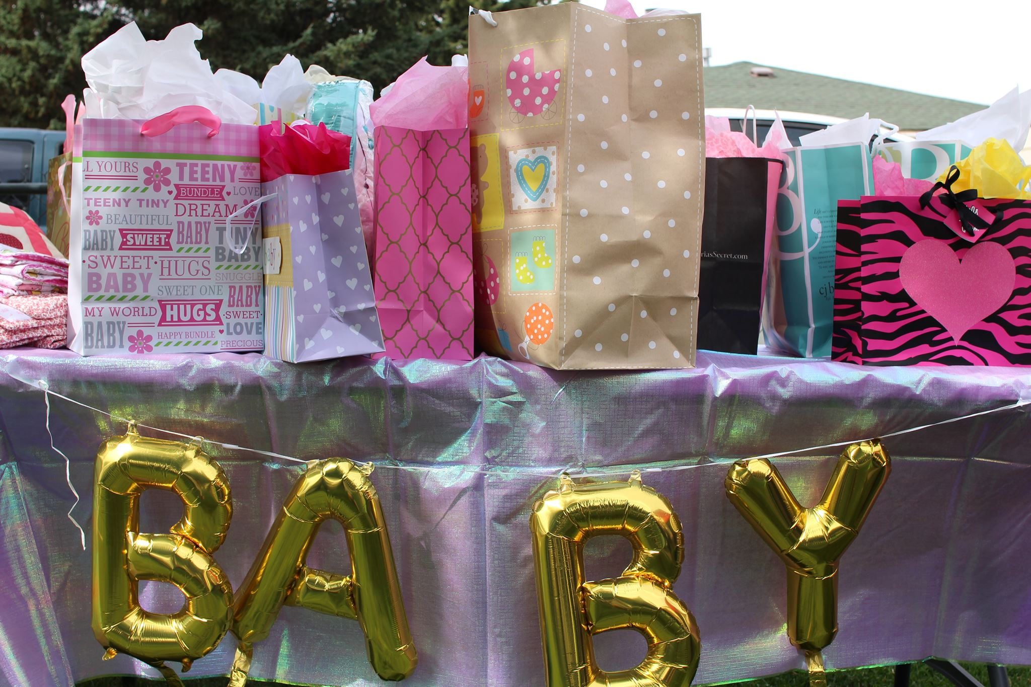 baby shower baloons and gifts