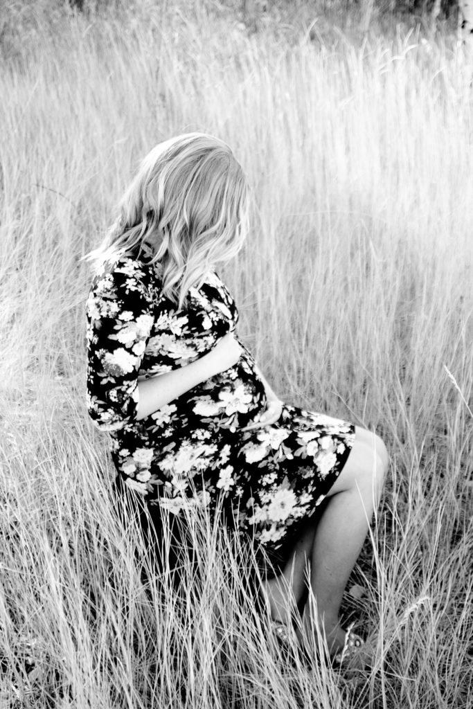black and white maternity photoshoot on thebombshellinitiative.com